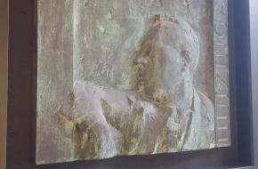 Een plaquette ter ere van Johan Huizinga in het gebouw van de Universiteit Leiden.