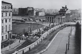 Oost-Duitsers versterken de Berlijnse Muur, november 1961. Bron: Historical Collection, CIA.