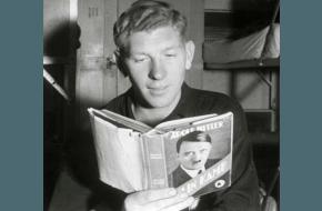 Een man uit het SS-regiment Westland leest 'Mijn Kamp' van Adolf Hitler, 1940. Bron: Spaarnestad Photo.