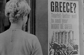 Een vrouw bekijkt een affiche rondom de staatsgreep van Griekenland, 1967. Bron: Nationaal Archief Anefo.
