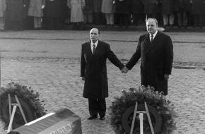 Mitterrand en Kohl houden elkaars hand vast tijdens de herdenking in Verdun, 1984. Bron: Maitresinh, Flickr.