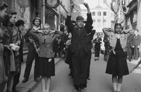 'Moffenmeiden' worden uitgejouwd in Deventer na de bevrijding.