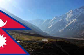 Vlag van Nepal met op de achtergrond de Kyanjin vallei