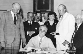 Roosevelt ondertekent de Social Security Act in 1935.