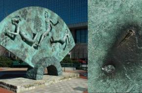 Beschadiging door bomfragmenten op het Olympische Park sculptuur.