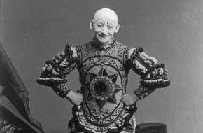 George L. Fox, een bekende pantomimespeler, met zijn handen op zijn heupen. Bron: Wikimedia Commons.