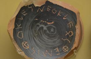 Een Ostraka met de naam van Themistokles, zoon van Neokleos. Bron: Museum of the Ancient Agora, Athene.