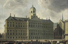 Het Paleis op de Dam werd ontworpen door architect Jacob van Campen. Dit bijzondere monument diende aanvankelijk als stadhuis.