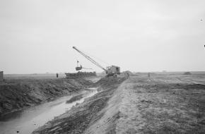 Werkzaamheden aan een polderproject in Zeeland, 1954. Bron: Nationaal Archief Anefo [2.24.06.02].