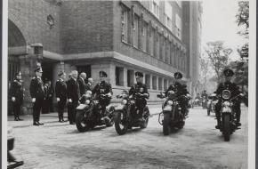 De motorpolitie arriveert voor het stadshuis in Amsterdam bij de opening van de nieuwe politiekazerne, 2 juli 1941.