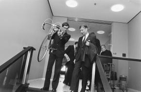 Premier van Agt met zijn fiets