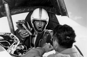 Crossfield in de cockpit van de Douglas D-558-II Skyrocket