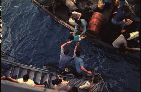 Vietnamese bootvluchtelingen worden gered door een Amerikaans schip in 1975.