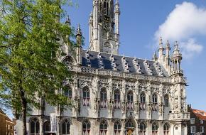 In het oude stadhuis van Middelburg wordt tegenwoordig niet meer gezeteld.