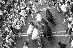 Het Stierenrennen in Pamplona, Spanje. Bron: Wikimedia Commons.