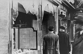 Mensen gaan naar hun werk na Kristallnacht