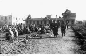 Generaal Fritz Bayerlein en Luitenant Generaal Erwin Rommel inspecteren de Engelse krijgsgevangenen