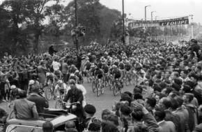 De officiele start van de Tour op de Sloterstraatweg, Amsterdam 8 juli 1954. Bron: Nationaal Archief Anefo.