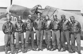Acht mannen uit de Tuskegee Airmen, ca. mei 1942 - augustus 1943, onbekende locatie (mogelijk zuid-Italië of Noord-Afrika).