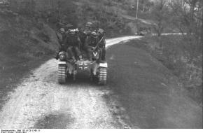 Soldaten op tanks in de Balkan.
