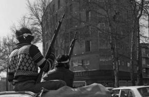 Twee gewapende opstandelingen van de Iraanse Revolutie, 11 februari 1979. Bron: Wikimedia Commons.