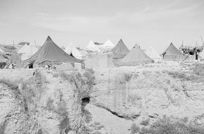 Zicht op een vluchtelingenkamp op de tell van Hama in Syrië, 1950. Bron: Fotocollectie Van de Poll.