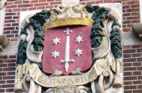 Het Haarlemse stadswapen op een gevelsteen