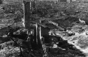 Warschau in puin na de Duitse bombardementen op de ghetto, 1945. Bron: Wikimedia Commons.