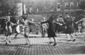 Feest op straat in Rotterdam [Public domain], via Wikimedia Commons