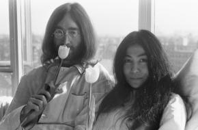 De Japanse Yoko Ono werd niet alleen bekend als activist en feminist, maar ook als de vrouw van de legendarische John Lennon