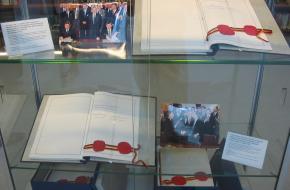 De twee originele versies van het verdag van de Duitse hereniging
