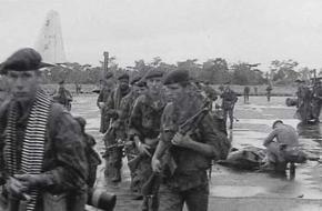 Belgische luchtlandingstroepen tijdens operatie Dragon Rouge