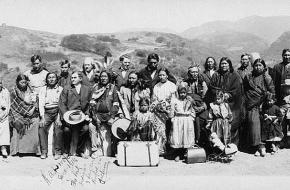 Een groep Amerikaanse indianen op een reservaat