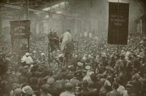 Politieke bijeenkomst in de Putilov-fabriek in Petrograd.